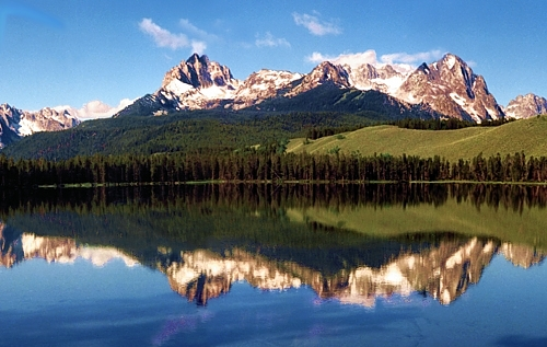Redfish Lake in Idaho with mountains In background