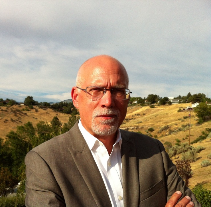 Photo of Eric Lindquist standing outside.