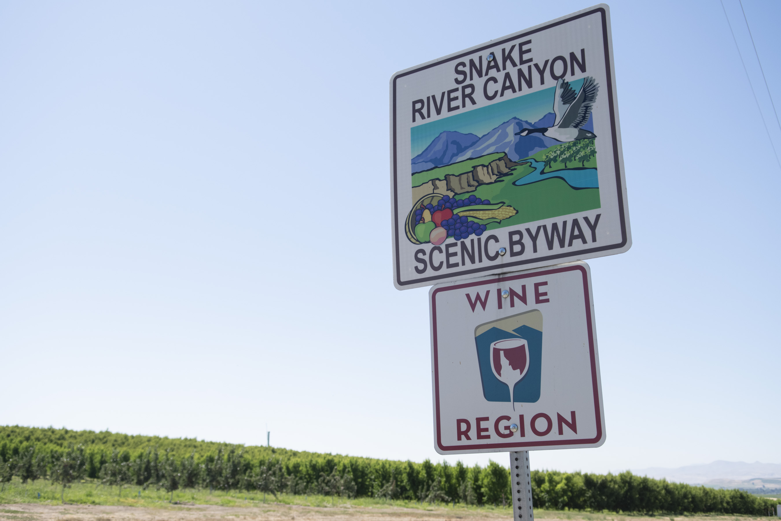 road sign about Snake River wine region