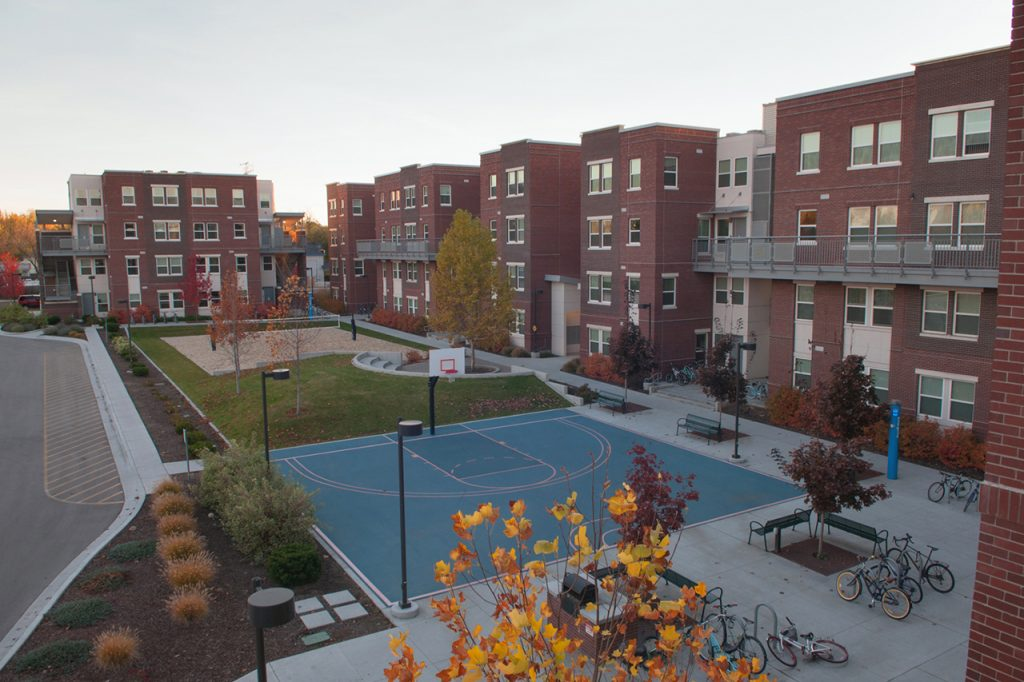 2_hrl_lincoln-townhomes-exteriorcourtyard-slideshow