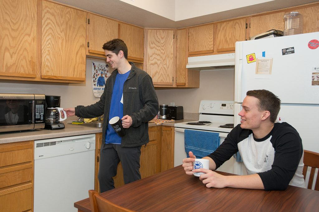 6_hrl_university-suites_kitchen-slideshow